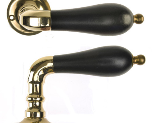 Exklusiv variant av dörrhandtag, beslag, av mässing till säkerhetsdörr