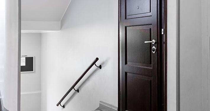 Säkerhetsdörrar - stomme av stål yta med äkta trä
