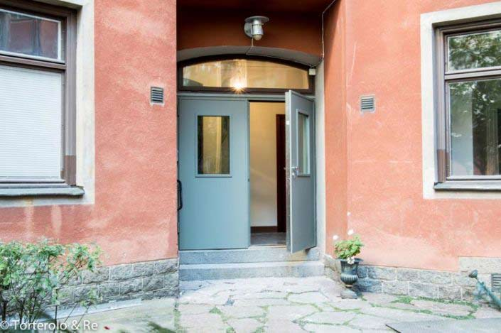 Öppen ytterdörr, grå säkerhetsdörr klass 4 med fönster. Dubbeldörr.