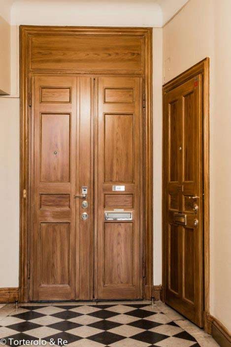Säkerhetsdörr klass 4 som pardörr och enkeldörr, monterad i Stockholm. Ådringsmålade säkerhetsdörrar