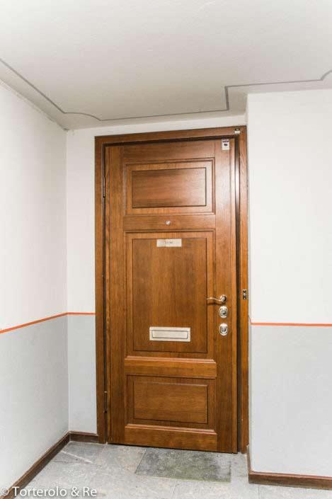 Speglad säkerhetsdörr i ek. På bilden Torterolo & Re säkerhetsdörr klass 4
