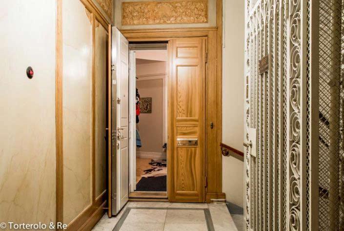 Öppen säkerhetsdörr lägenhet. Investera i en säkerhetsdörr klass 4