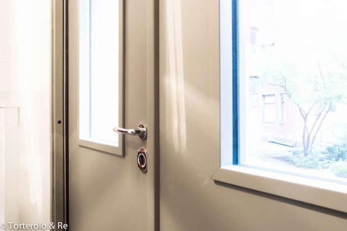 Vit säkerhetsdörr villa klass 4 med fönster