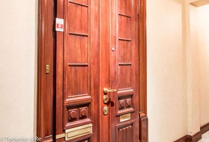 Säkerhetsdörr klass 4 till lägenhet, äldre trapphus.