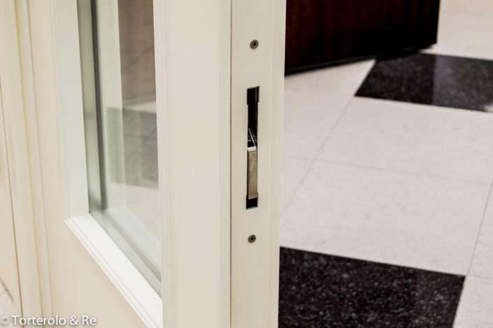Vit säkerhetsdörr med fönster