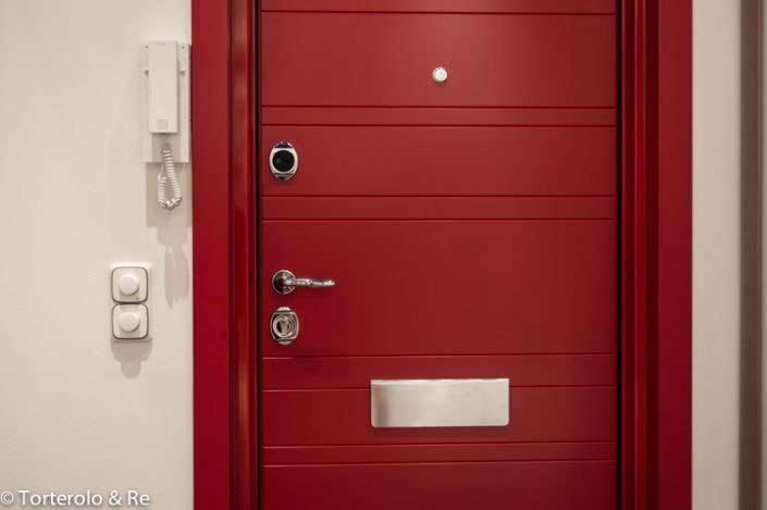 Röd säkerhetsdörr av trä till lägenhet, säkerhetsdörr klass 4
