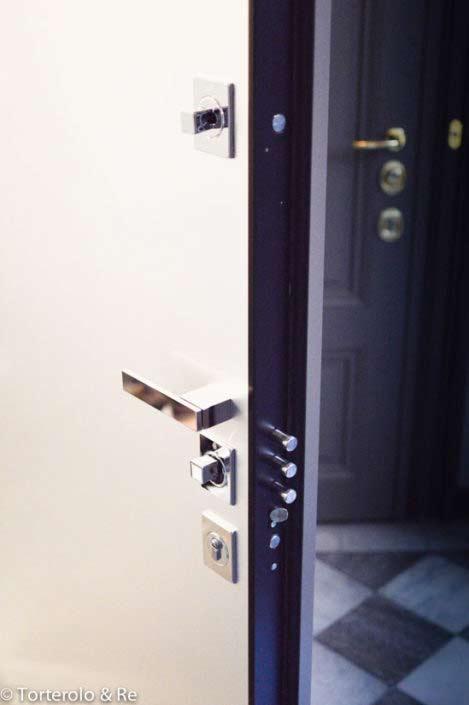 Säkerhetsdörr klass 4 med rostfri panel för insidan - utsidan speglad i 20-talsstil