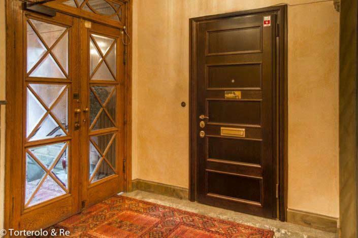 Säkerhetsdörrar i trapphus till lägenhet. Påkostad dubbeldörr.