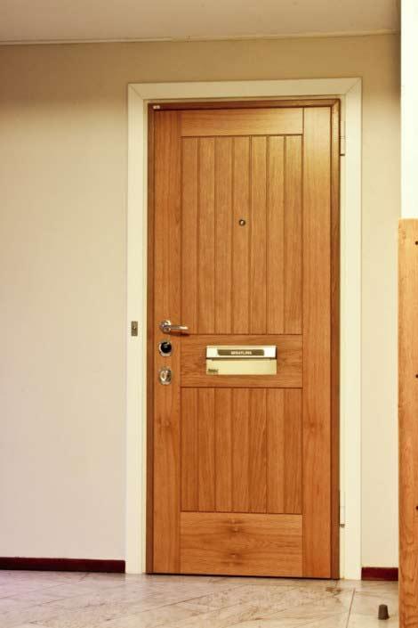 Dörr med massiva ribbor, säkerhetsdörr klass 4 i korsfanerad och massiv ek