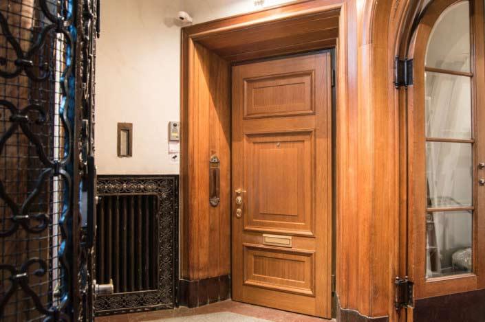 Ny säkerhetsdörr till lägenhet, en ny säkerhetsdörr med gamla omfattningar