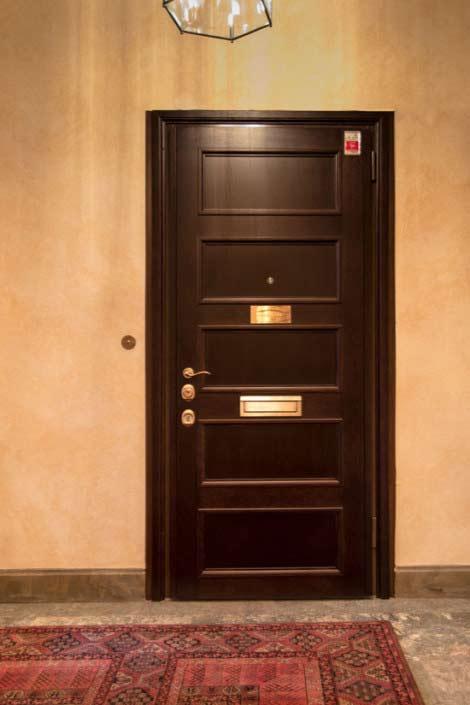 Mörklaserad ekfront till säkerhetsdörr klass 4, lägenhet Östermalm