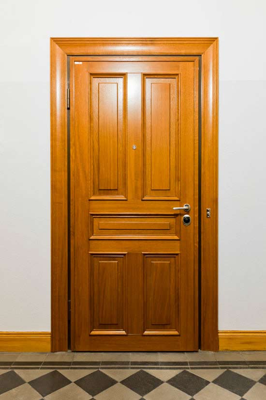 Speglad ek, säkerhetsdörr klass 4 lägenhet Sundbyberg.